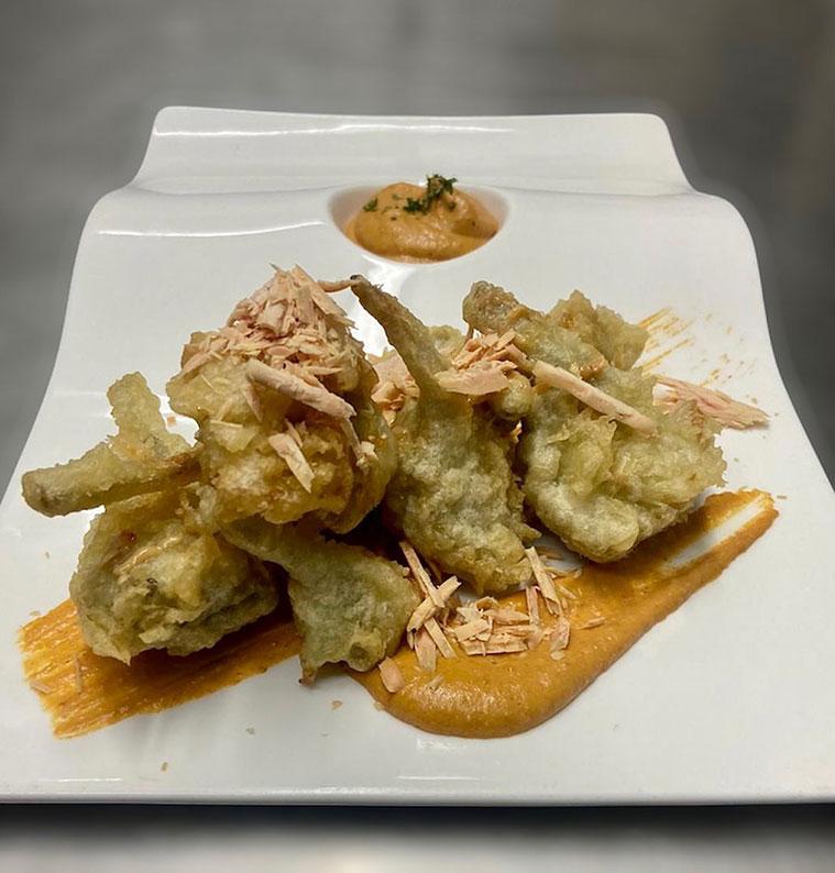 alcachofas con foie y salsa romescu en el restaurante cantina borago