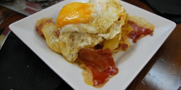 Huevos rotos con Jamón en el Bar Bretón Zaragoza