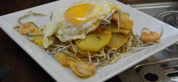 Huevos rotos con patatas y gulas en el Bar Breton Zaragoza