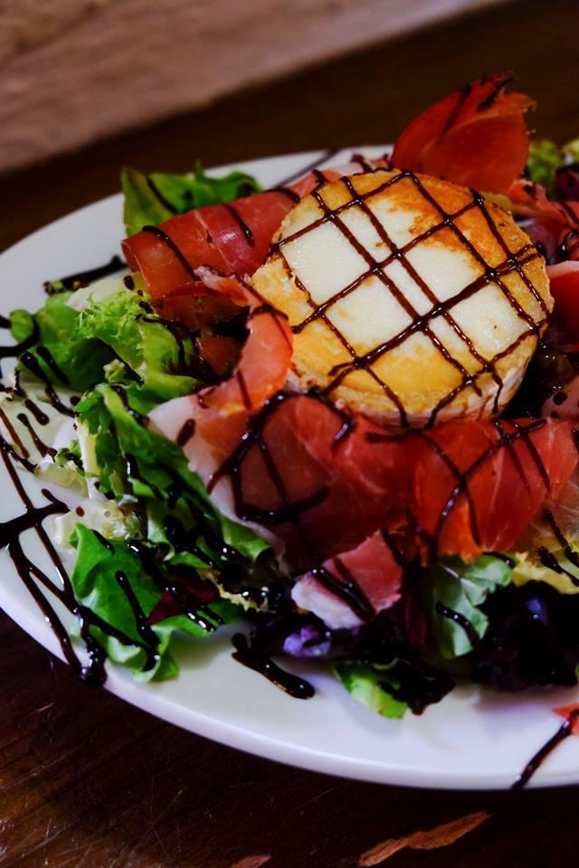 Ensalada de jamón y rulo de Cabra, un plato sano y delicioso