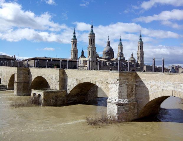 El Puente de Piedra en la actualidad, con el Pilar al fondo