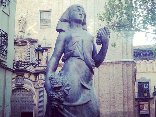 """""""La Vendimiadora"""" (1928) es una invitación explícita a los paseantes para entrar en el museo dedicado al escultor maellano"""