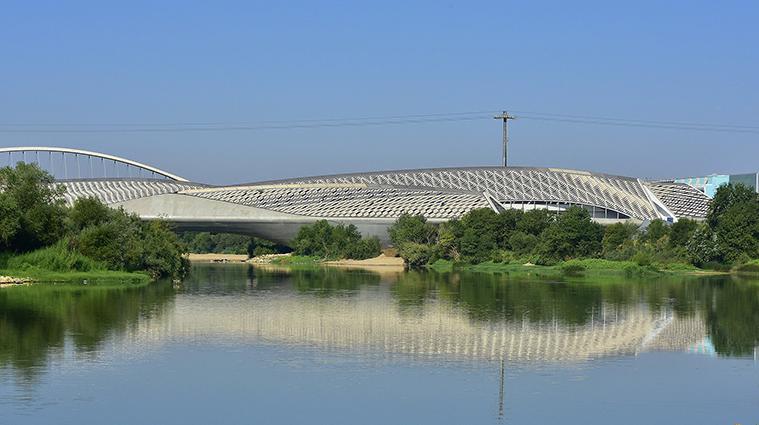 El Pabellon Puente y el rio Ebro