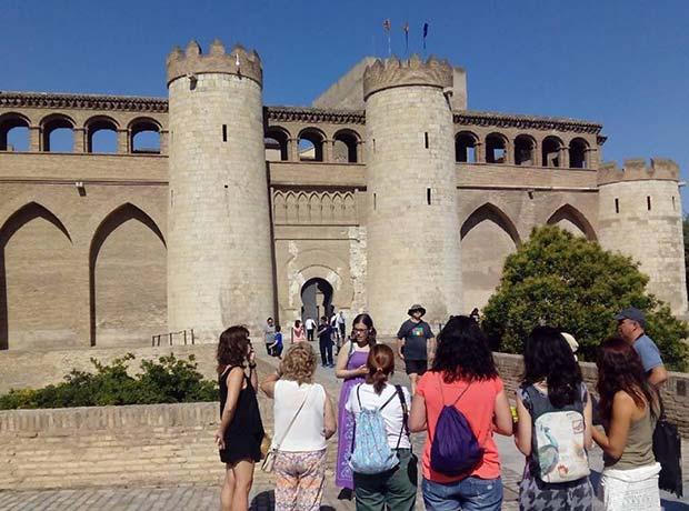 Acceso al Palacio de la Aljafería