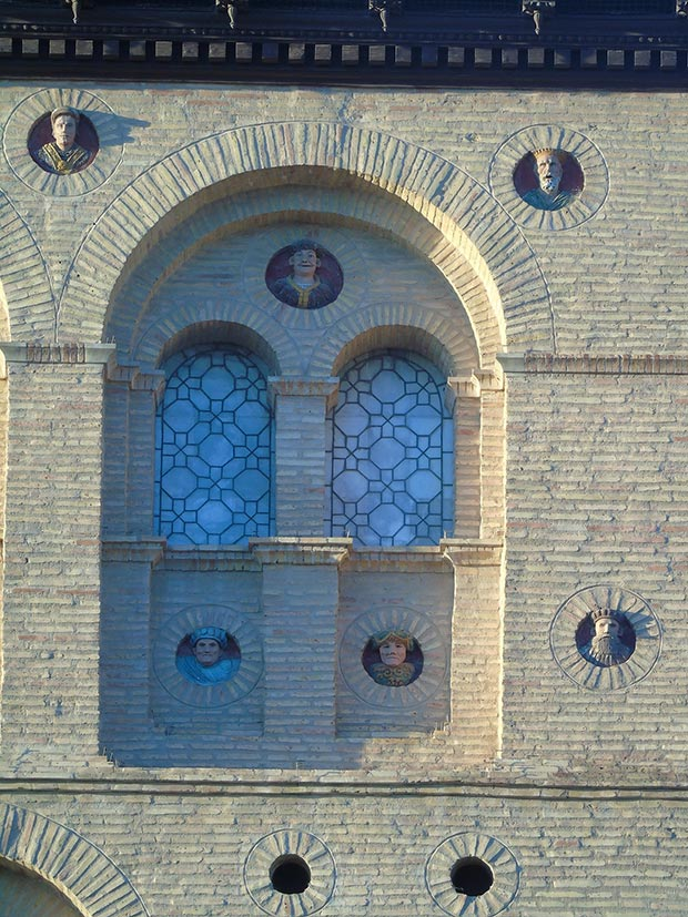 rostros en la fachada de la lonja