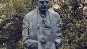 Monumento en la Plaza Ariño al zaragozano Eduardo Jimeno