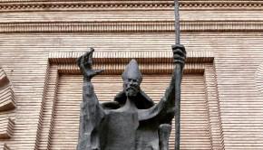 Escultura de San Valero de Pablo Serrano en el entrada del Ayuntamiento de Zaragoza