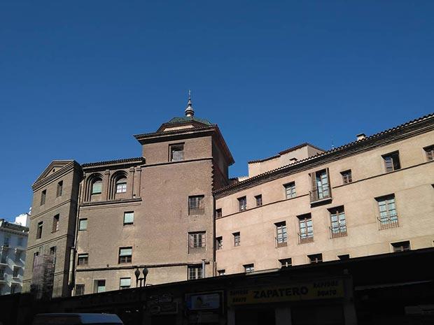 el Real Seminario de San Carlos Borromeo, cuya iglesia fue construida sobre el solar de la antigua sinagoga mayor de Zaragoza
