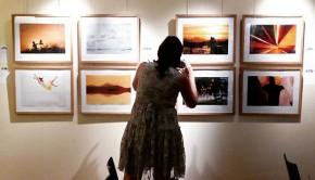 """Hoy hemos charlado con Beatríz Pitarch, periodista, fotógrafa y escritora que hasta el 31 de Agosto expone """"Fotocanciones"""", 25 imágenes inspiradas por canciones en Fnac Plaza España #zaragozaguia"""