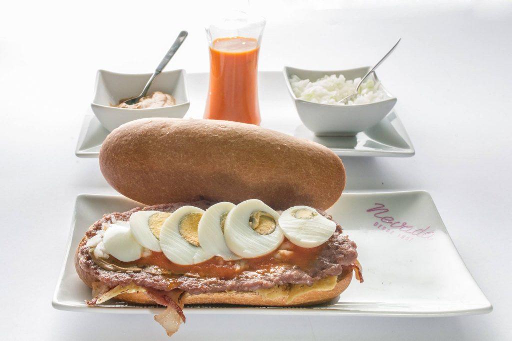 hamburguesa, beicon, queso, huevo, mostaza, tomate y cebolla