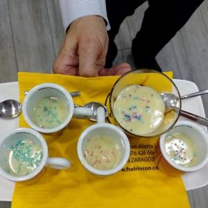 Marchando un chocolate blanco con frambuesas y decoración de azúcar de Pep Atienza en el @fselrincon & Coffee