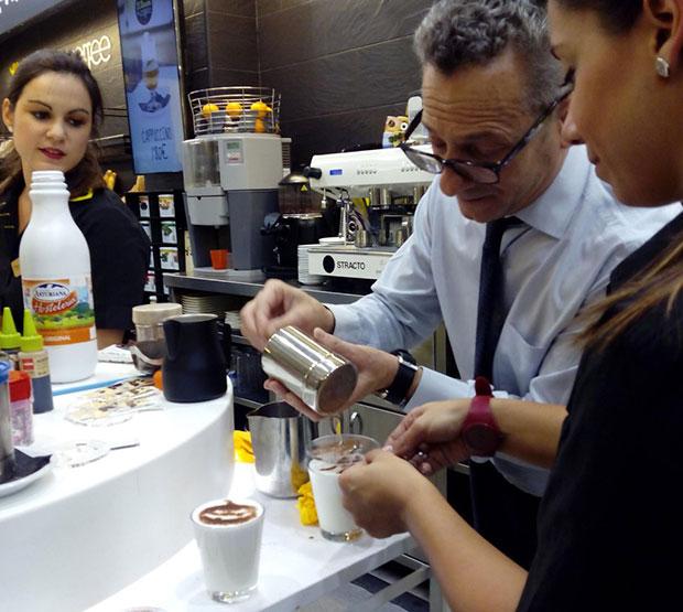 El barista Pep Atienza elaborando un Cola-Cao de Halloween en el Frutos Secos El Rincón & Coffee (Cesario Alierta 17) #zaragoza