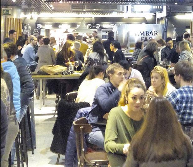 Gran ambiente en @puertacinegia_gastronomica #zaragoza