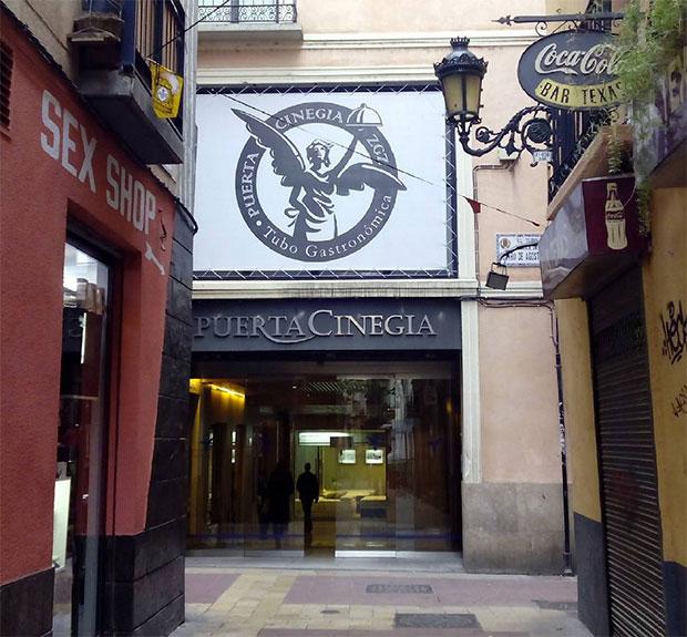 """La entrada a Puerta Cinegia Gastronómica desde la calle Cuatro de Agosto, en """"El Tubo"""" #zaragoza"""