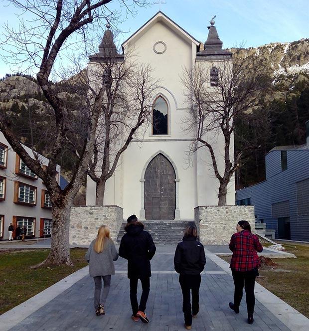 Acercándonos a la iglesia de Nuestra Señora del Carmen, de 1875, donde se celebran bodas todo el año