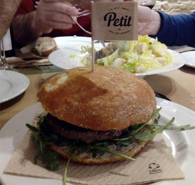 Hamburguesa de Buey en Le Petit Comité
