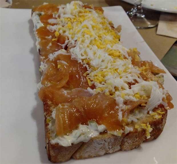 Tostada de salmón ahumado con salsa tártara, huevo duro y pepinillo en el @petitcomite_zaragoza (calle Hernando de Aragon 1)