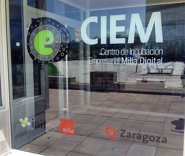 no de los centros de emprendedores más dinámicos de Zaragoza es el CIEM, un centro de incubación empresarial situado en la Avenida de la Autonomia 7, en el barrio de la Almozara, que nació hace 5 años (en junio celebra su aniversario) dentro del proyecto municipal de la Milla Digital, con el objetivo de impulsar ideas innovadoras relacionadas con las nuevas tecnologías, la creatividad y la eficencia energética.