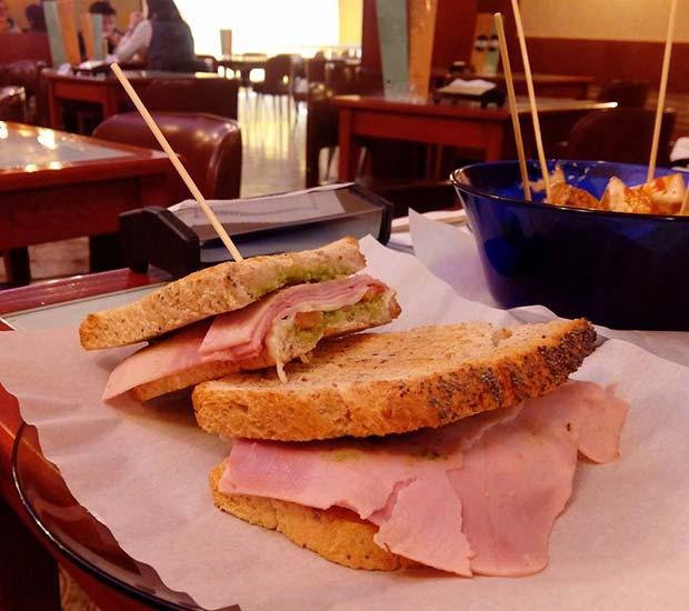 Mmmm! Mixto genovés con pan artesano de cereales, jamon cocido, queso, tomate y salsa pesto en @cafeteriafaustino