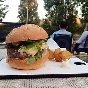 Hamburguesa Le Bistro en la terraza Le Pastis