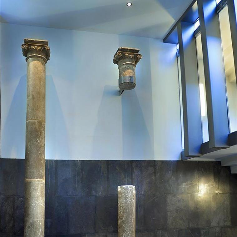 restos romanos en el holl del hotel vincci zentro zaragoza