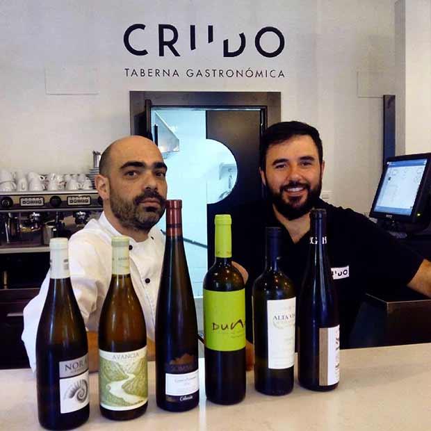 En Crudo (Doctor Cerrada 40) los chefs Miguel Sánchez y Rubén Mons elaboran una cocina fresca y de mercado, basada en materiales puros y de calidad y al servicio del sabor.