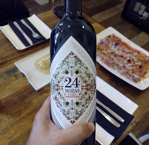 El sumiller de la taberna gastronómica Crudo nos ha recomendado como maridaje el vino tinto 24 Mozas de Toro para acompañar un carpaccio de presa ibérica con salsa teriyaki y parmesano y un canelón de ternera y ave con salsa de foie