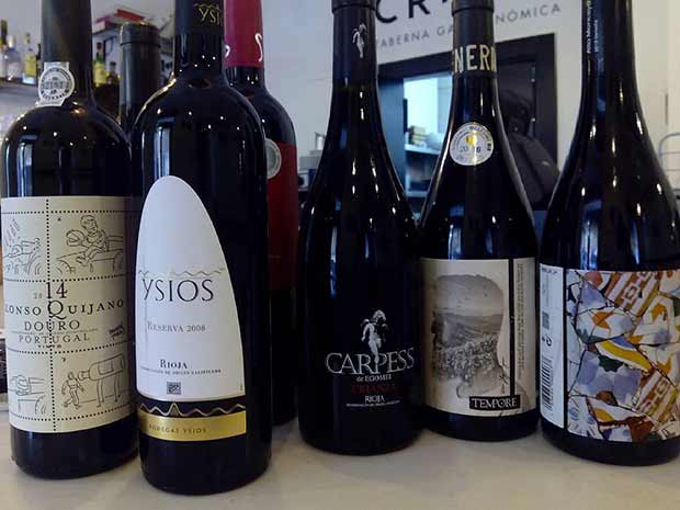 La carta de vinos de la taberna gastronómica Crudo se reduce a apenas 25 referencias, seleccionadas cuidadosamente por el sumiller Ismael Ardid, que ha apostado por vinos diferentes, diversos y de gran calidad.