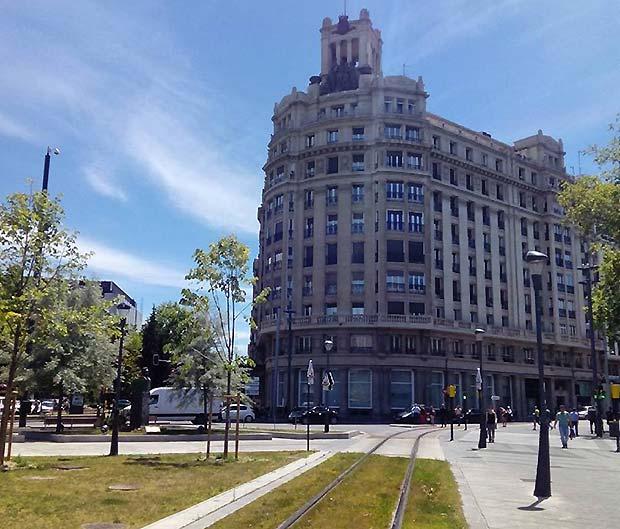 El edificio Elíseos recuerda en su nombre el espacio lúdico y veraniego que existió en este emplazamiento a orillas del Huerva desde la década de 1870