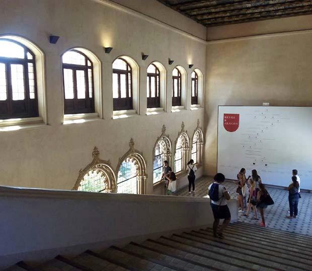 Escaleras principales del palacio de los Reyes Católicos en La Aljaferia