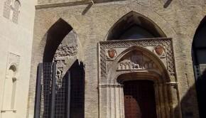 El patio de Santa Maria y San Martin, contiene la iglesia del mismo nombre, construida en el siglo XIV