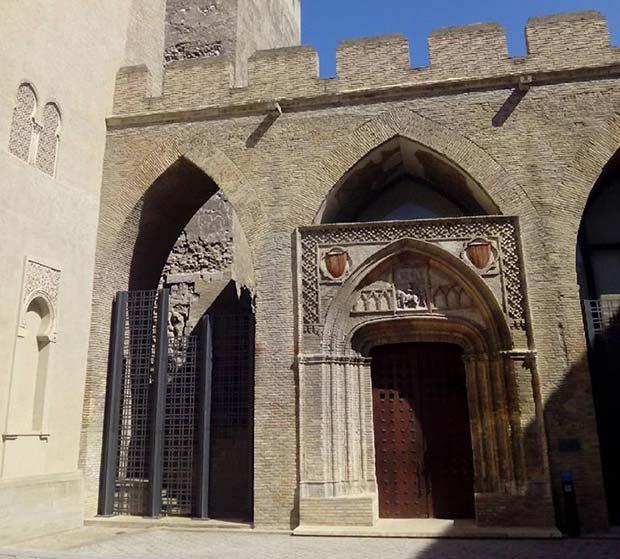 El patio de San Martin contiene la iglesia del mismo nombre, construida en el siglo XIV por Martín I el Humano para albergar el Santo Grial
