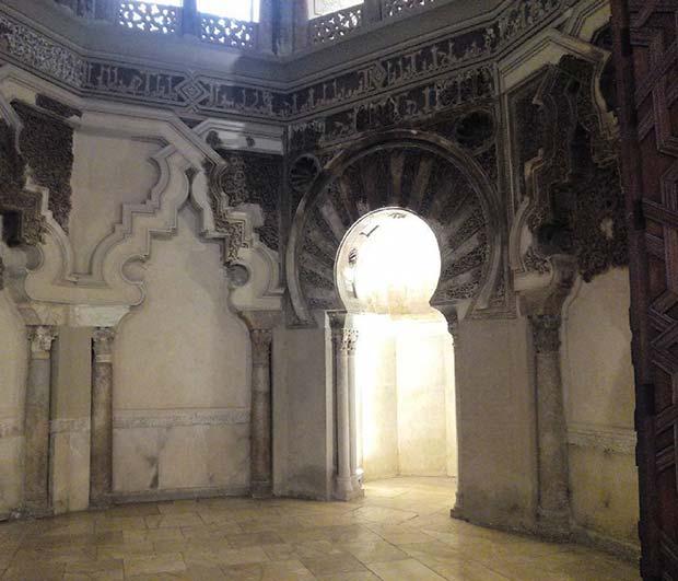 La mezquita u oratorio privado del rey musulmán y su corte, es una pequeña estancia construida en el siglo XI