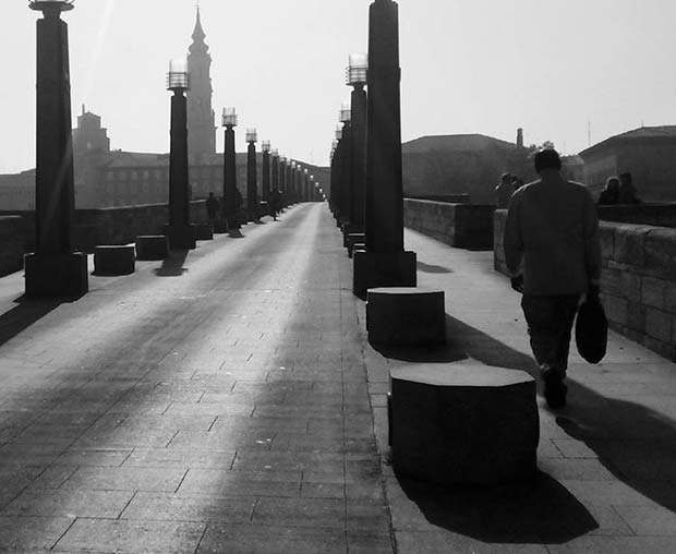 Cruzando el Puente de Piedra, el más antiguo que cruza el río Ebro y cuyos orígenes se remontan a la fundación de la ciudad, hace 2000 años