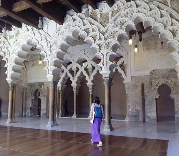 El Salón del Oro o de los Mármoles era el salón del trono del palacio de la Aljaferia en el periodo musulmán