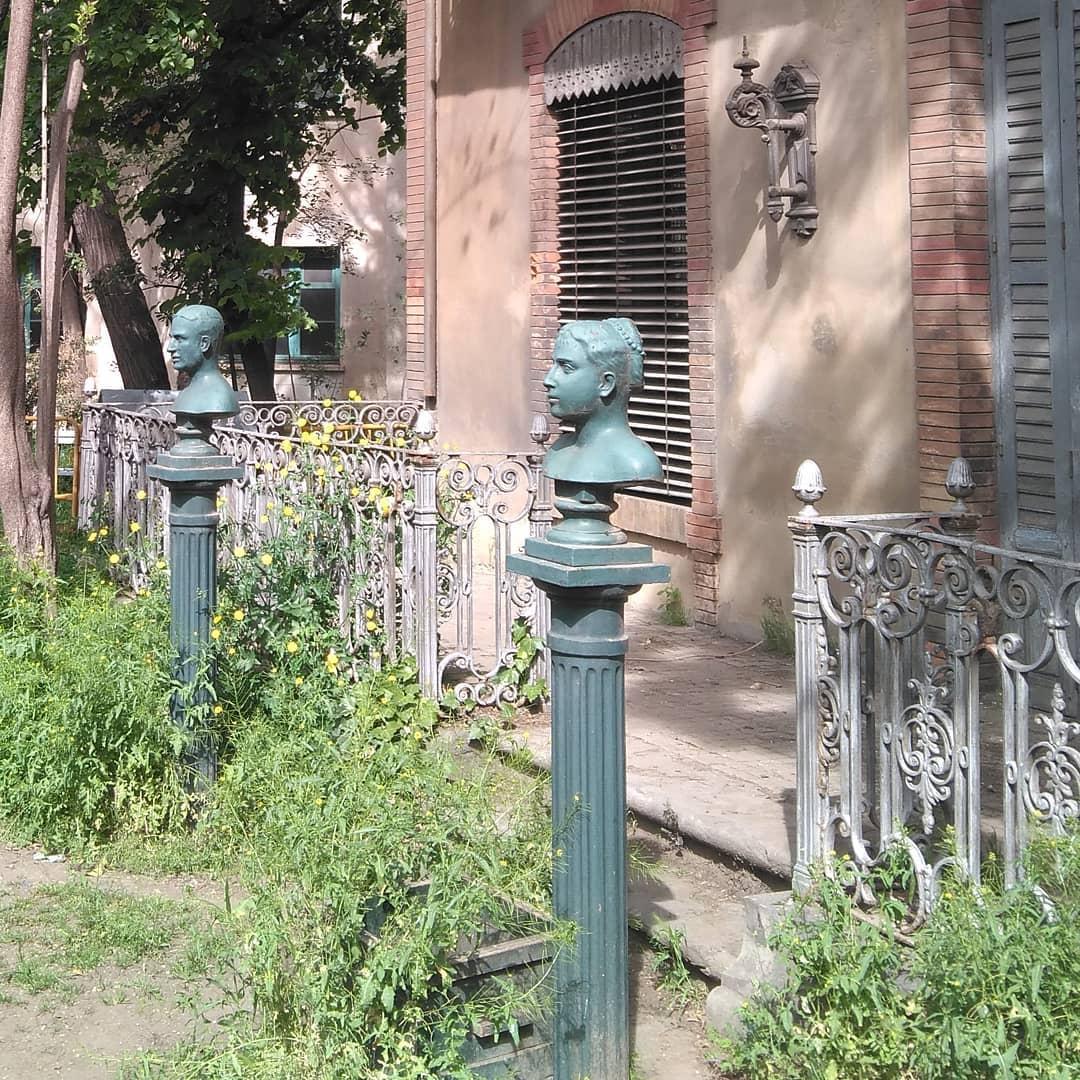 En 1882 los reyes Alfonso XII y María Cristina iban de camino a la inaguración del ferrocarril de Canfranc, cuando decidieron parar en Zaragoza y visitar Averly. Para homenajearles, los trabajadores fundieron un par de bustos, que hoy en día todavía se conservan en los jardines de la casa.
