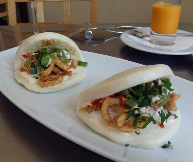 Gua Bao en El Windsor (Coso 127). El Gua Bao es un bocado taiwanes de panceta confitada a la brasa con pepino, hierbas frescas y salsa hoisin.