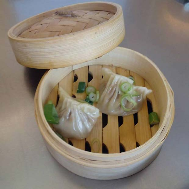 Gyoza de pintada con cebolla china, cacahuete y otras delicias que disfrutaréis cuando lo proveis @el_windsor