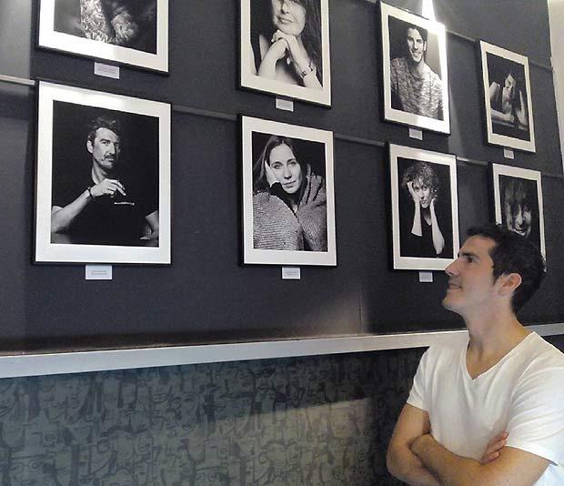 """Enrique Fantova Observando las Obras de """"Miradas Íntimas"""""""