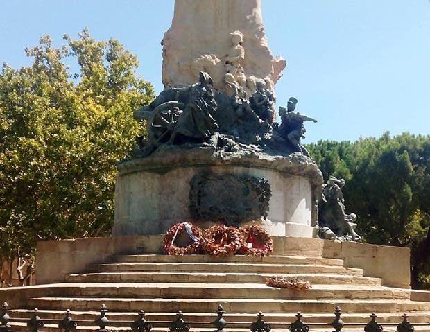 En el centro de la Plaza de los Sitios se erige el monumento homónimo realizado en 1908 por Agustín Querol