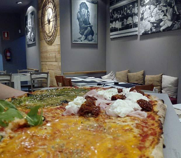 Pizzas de gambas calabacín rucola, york ricotta tomate seco, pesto gorgonzola y crema de calabaza en el restaurante @clandestinopizza
