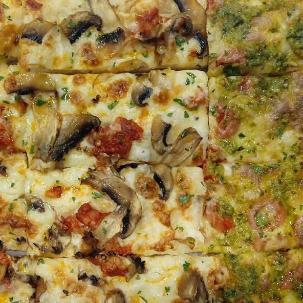 Pizzas de champiñon mozzarella y chorizo y tomate cherry, mozzarela, provola y pesto en