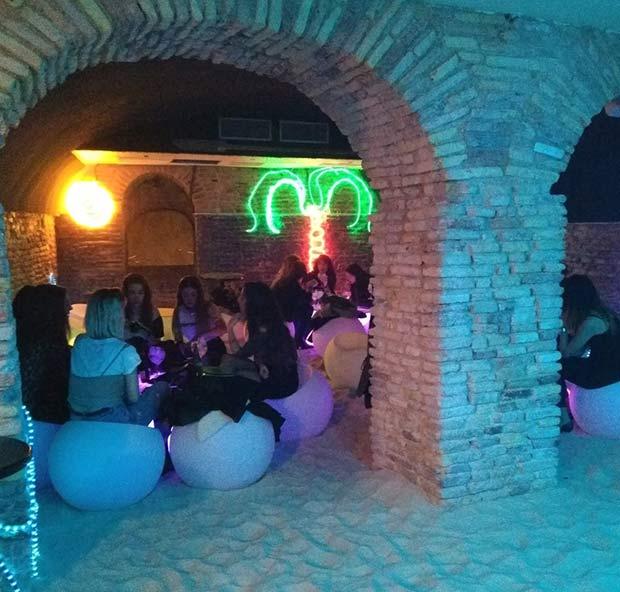 Bienvenidos a Salou, la coctelería del @buena_mandanga , una playa con arena auténtica en el casco histórico