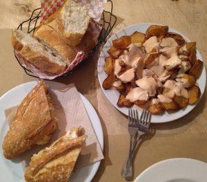 le petit comite patatas y bocadillo