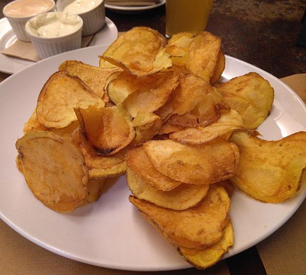Patatas Petit con Tres Salsas en Petit Comité Bocateria