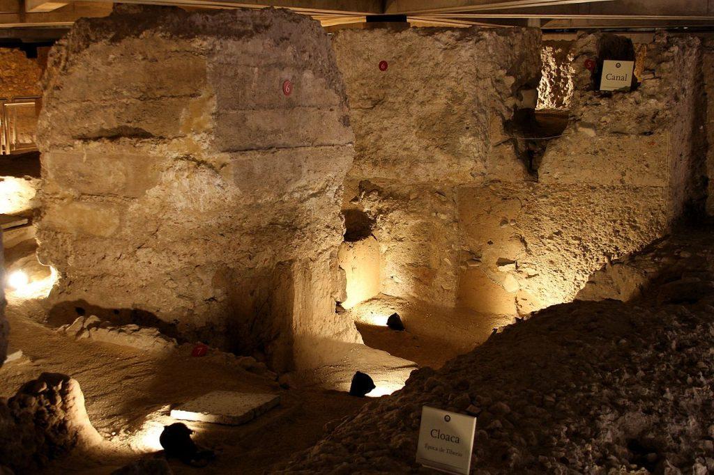 Estructuras del foro de Caesaraugusta: basamentos de columnas y cloaca
