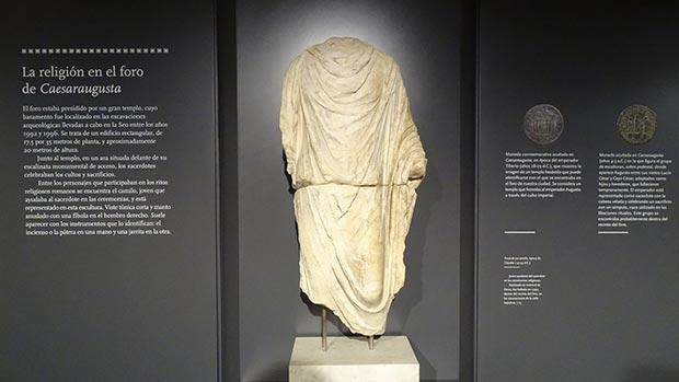 En el Foro de Caesaraugusta puedes encontrar piezas tan curiosas como esta. Es el torso de un camilo de la época de Claudio (41-54 d.C) 🏦 Los camilos eran jóvenes ayudantes del sacerdote en las ceremonias religiosas