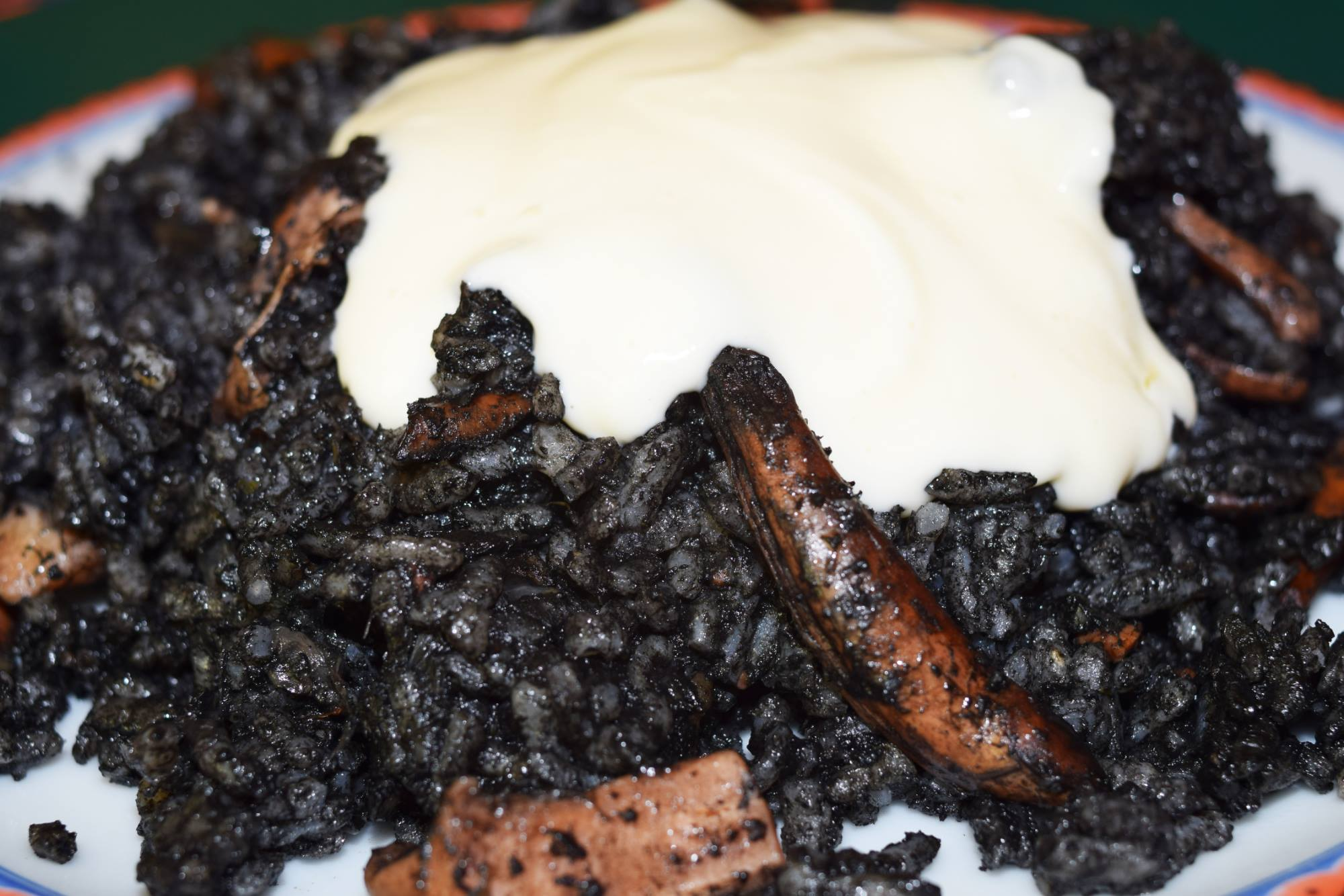 arroz negro con calamares y Ali-Oli que