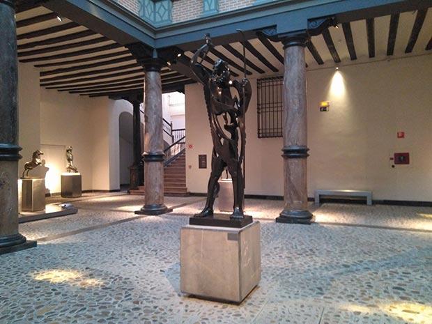El Museo Pablo Gargallo se ubica en el Palacio de los Condes de Argillo, edificio que data de 1661 y que posee las características de la arquitectura civil de la nobleza aragonesa en la transición del modelo renacentista al barroco.
