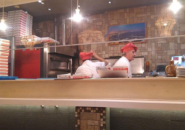 La cocina de la pizzería Pomodoro está a la vista